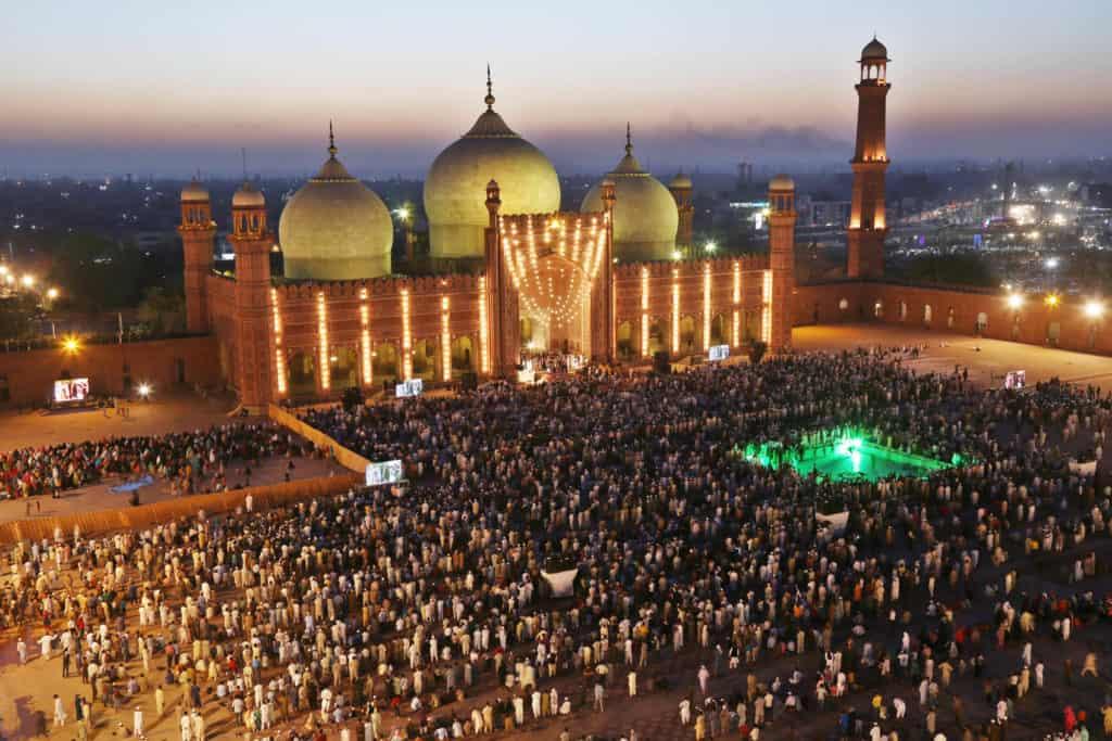 Lahore: Saudi Arabian Imam leading Maghrib prayer
