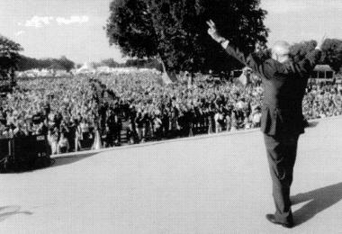 Jean-Marie Le Pen acknowledges the crowd Photo Frank Landouch